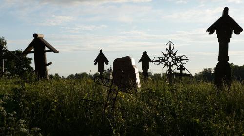 ForPost - Американский ветеран провел индейский обряд на могиле советского солдата