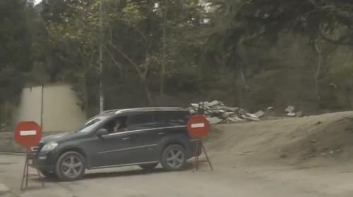 ForPost- В Крыму неизвестные на черном джипе захватили дорогу