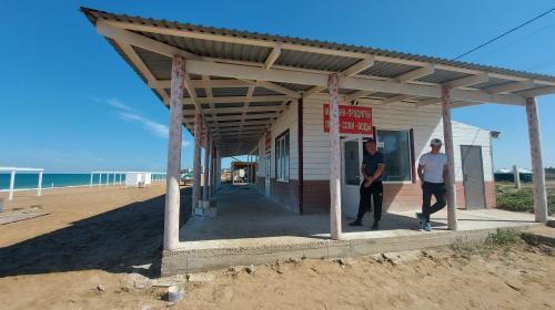 ForPost- На знаменитом пляже «Вязовая роща» под Севастополем убирают бетонные блоки