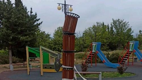 ForPost- В парке Победы появилась странная конструкция из урн и туалетной бумаги