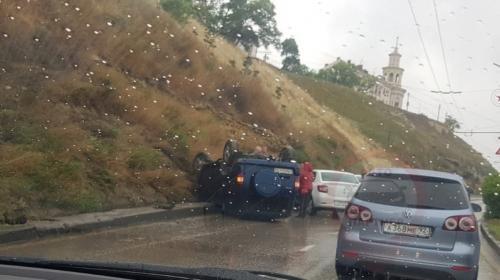 ForPost- В Севастополе на мокрой дороге перевернулся автомобиль