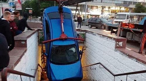 ForPost- Странные ДТП в Крыму: легковушка провалилась в подземный переход, и бусик намотало на светофор