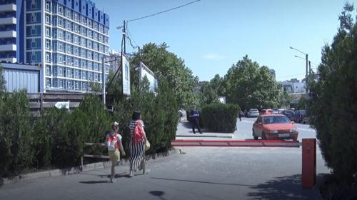 ForPost- У парка Победы в Севастополе нелегально взимают деньги за парковку