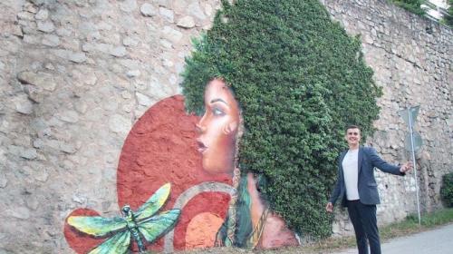 ForPost- В Крыму растения превратили в граффити на подпорных стенах