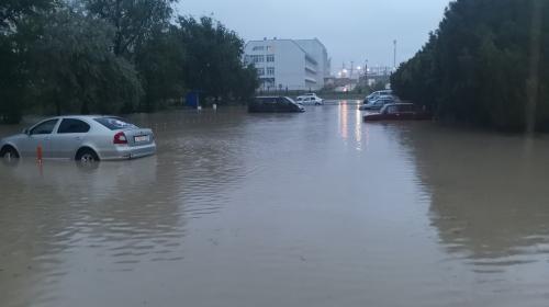 ForPost - Ливень в Севастополе: рухнувшие деревья, вода в квартирах и плывущие авто