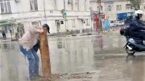 ForPost- Начальник ливневок лично чистит их в Севастополе
