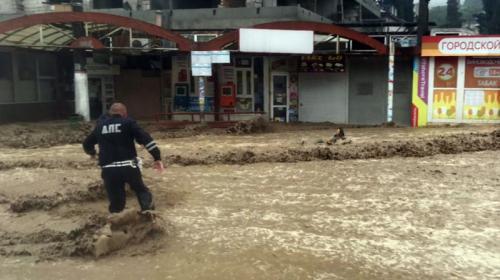 ForPost - В Ялте полицейские вылавливали людей из воды