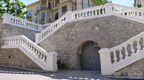 ForPost- В центре Севастополя течёт недоремонтированная лестница Луначарского