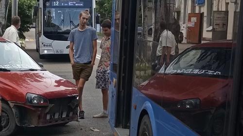 ForPost- В Севастополе легковушка въехала в троллейбус