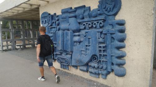 ForPost- В Севастополе барельеф с исторической остановки украсит вход в архитектурный колледж