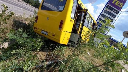 ForPost- Рейсовый автобус в Севастополе въехал в щит после столкновения с Опелем