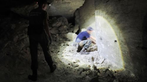 ForPost- Поисковики обнаружили в крымских каменоломнях редкий нагрудный знак