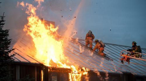ForPost- В центральном районе Севастополя сгорело здание заброшенного завода