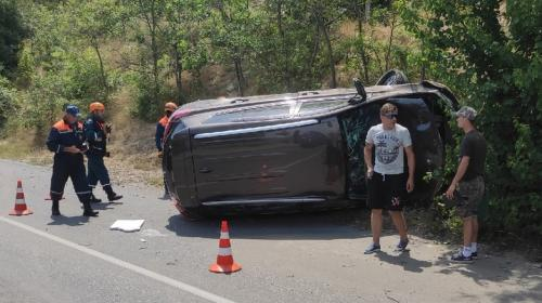 ForPost- В Севастополе из-за взрыва колеса перевернулся автомобиль