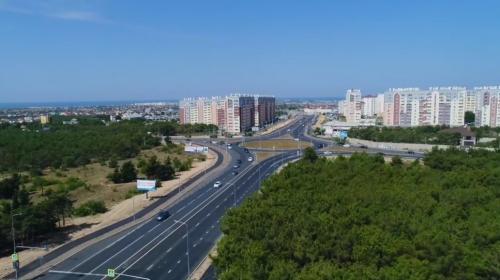 ForPost- В Севастополе уложили финальный слой асфальта на Камышовом шоссе