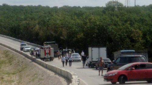 ForPost- В Севастополе грузовик собрал «паровоз» из пяти машин