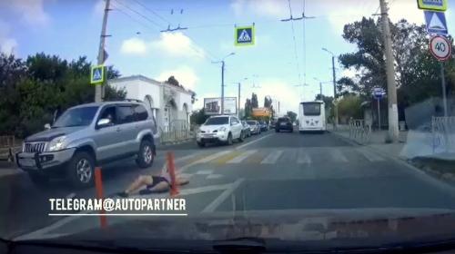 ForPost- В Севастополе бегун не успел проскочить между машинами