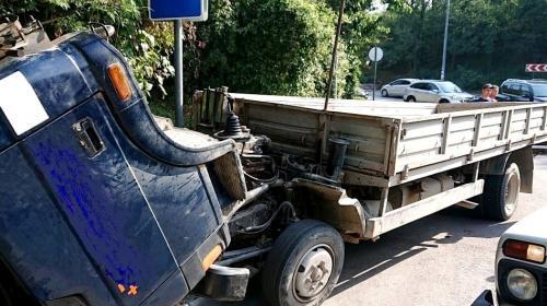 ForPost- В Севастополе грузовик снесло в кювет