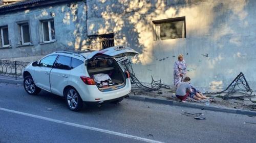 ForPost- В Севастополе автомобиль снёс забор и пешехода