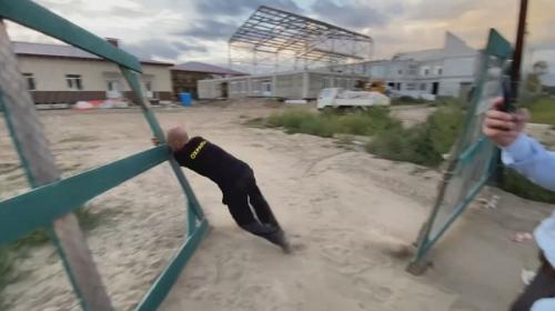 ForPost- Не ждали: пьяный сторож рухнул перед губернатором на стройке. Видео