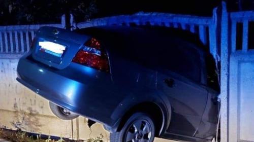 ForPost- В Крыму пьяный водитель на чужом «Шевроле» застрял в заборе