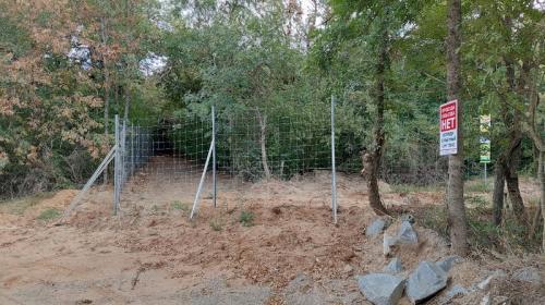 ForPost- Забор и шлагбаум преградили крымчанам путь к любимому месту отдыха