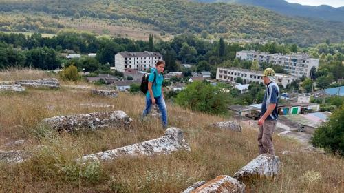 ForPost- Древнее кладбище в горах Крыма до сих пор вызывает споры экспертов