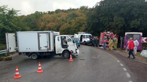 ForPost- В Севастополе грузовик въехал в автобус с пассажирами