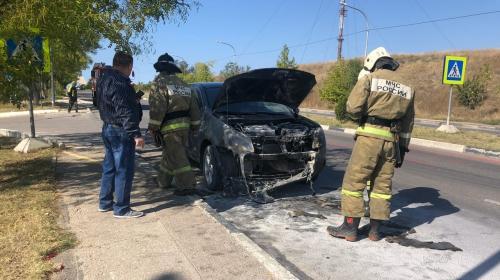 ForPost- В Севастополе возле гипермаркета загорелся автомобиль
