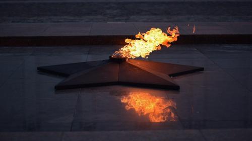 ForPost - Судебная система не будет жестока к сушившему одежду на Вечном огне бомжу, – адвокат