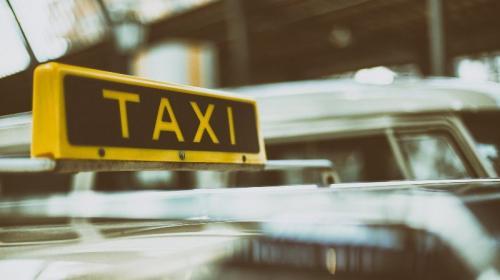 ForPost- «Окно — не помойка»: в Крыму таксист высадил пассажиров посреди дороги