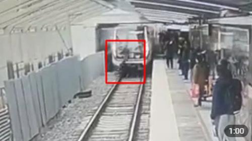 ForPost- В Москве пассажир упал под поезд метро и выжил. Видео