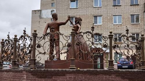 ForPost- «Родители зомби-Алёнки»: российский загс украсили статуей уродливых молодожёнов