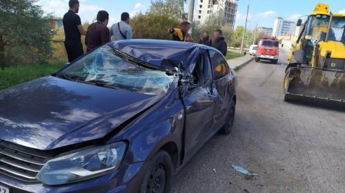 ForPost- Экскаватор раздавил крышу автомобиля в Севастополе, есть пострадавший
