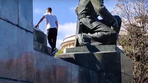 ForPost - В Севастополе памятники стали спортплощадками и игровыми зонами