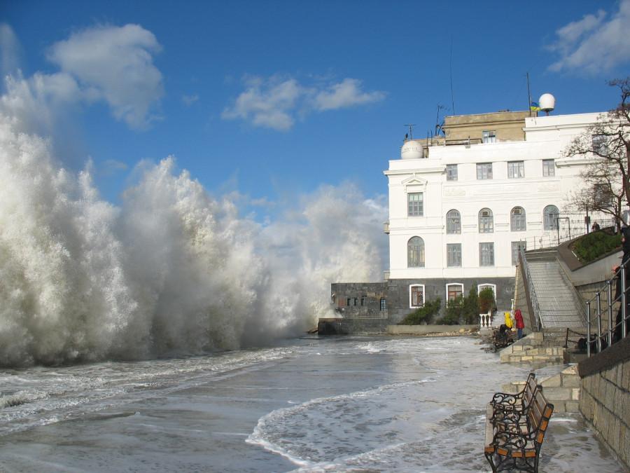 Здание ИМБИ в шторм