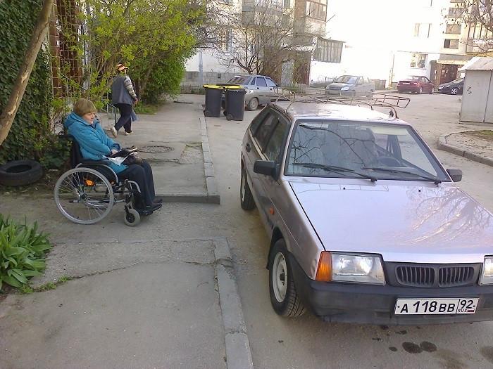 ForPost - Новости : В Севастополе инвалид попала в ловушку припаркованных автомобилей