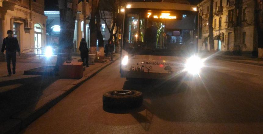 ForPost - Новости : В Севастополе люди кричали: у троллейбуса оторвалось колесо