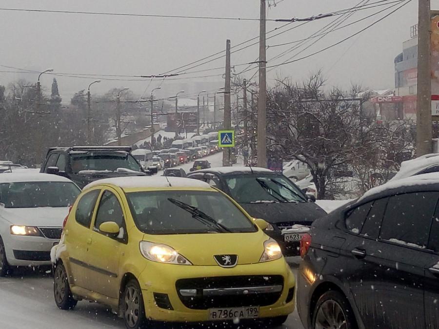 ForPost - Новости : Из-за снега на дорогах в Севастополе транспортный коллапс