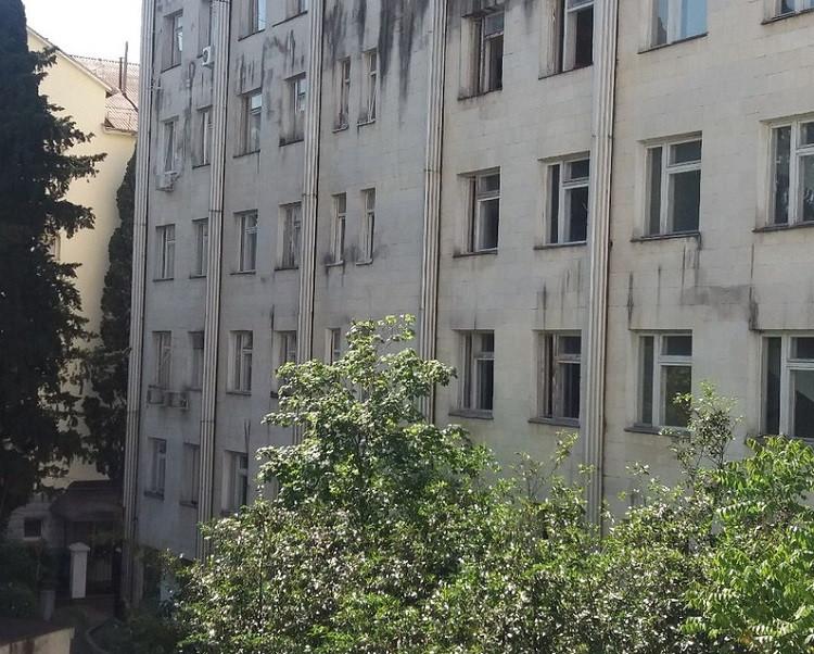 ForPost - Новости : Пенсионер погиб после падения с шестого этажа поликлиники в Ялте