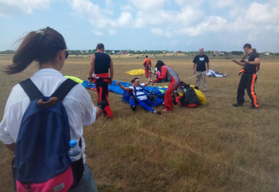 ForPost - Новости : В Севастополе инвалиды опустились с небес на землю на парашюте