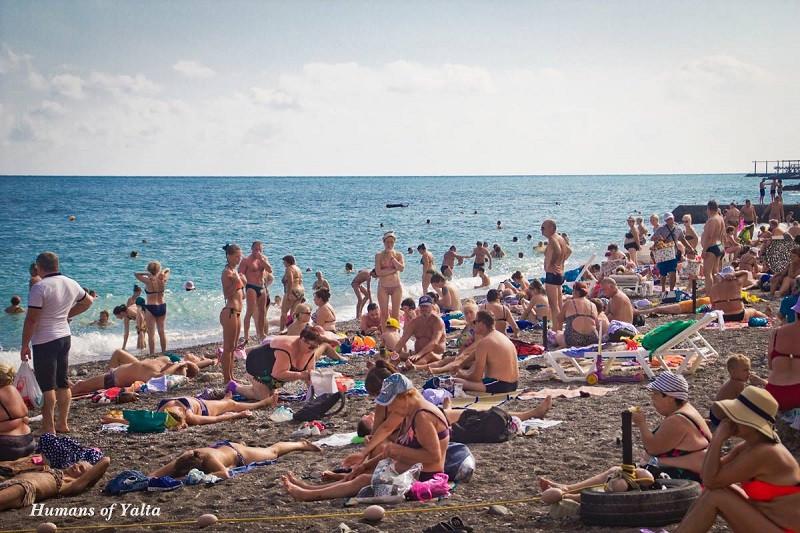 Пляж в Ялте в сезоне 2018. Как бы переполнен. Но ведь он просто узкий. И с каждым годом площадь пляжей в Крыму сокращается, а отчеты Минкурортов расширяются.