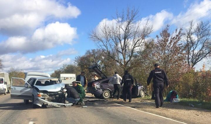 Две легковушки жёстко столкнулись на трассе в Крыму