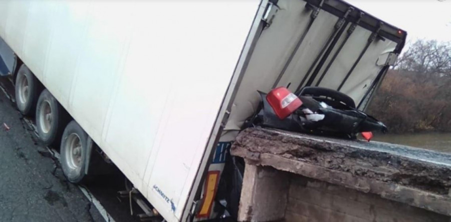 Тела женщины и ребёнка извлекли из авто после обрушения моста в Приморье