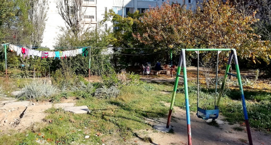Диван в кустах: какое благоустройство отвоевали в многоэтажке на ПОР