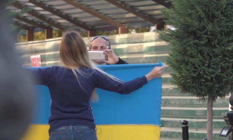 ForPost - Новости : Провокация или эксперимент: зачем блогер в Крыму вышла с флагом Украины