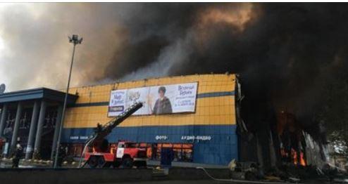В Петербурге частично обрушилась кровля горящего гипермаркета