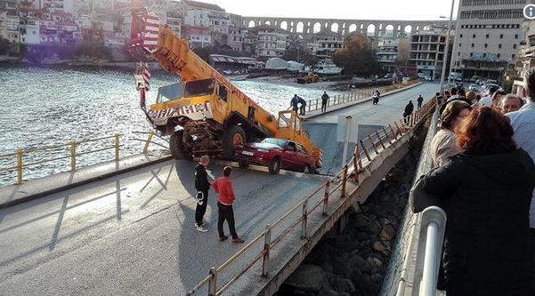 В Греции под автокраном рухнул мост