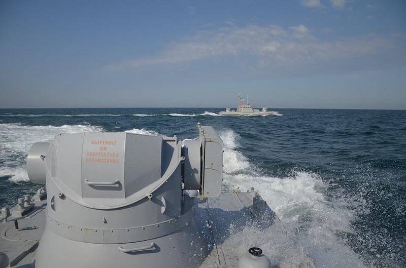 Украинские корабли стоят на подходе к Крымскому мосту