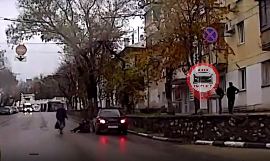 В Севастополе женщина бросилась под машину